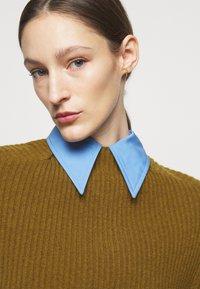 Victoria Beckham - CURVED HEM JUMPER - Sweter - ochre - 5