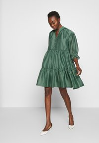 DESIGNERS REMIX - ENOLA RUFFLE DRESS - Vestido de cóctel - dusty green - 1