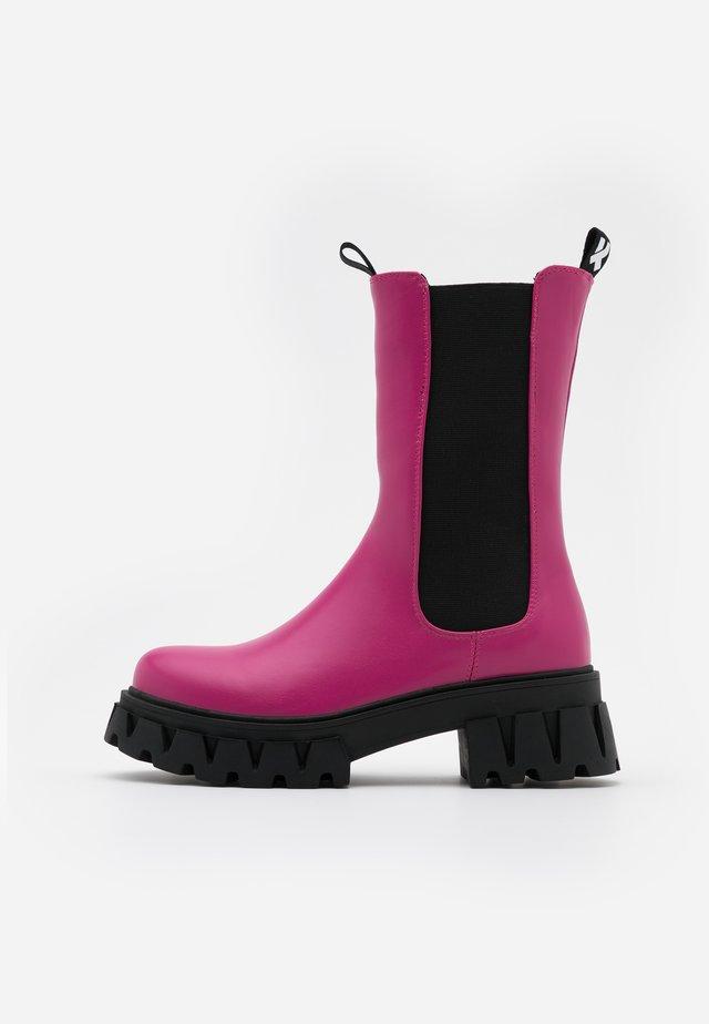 VEGAN SENTRY - Stivali con plateau - pink