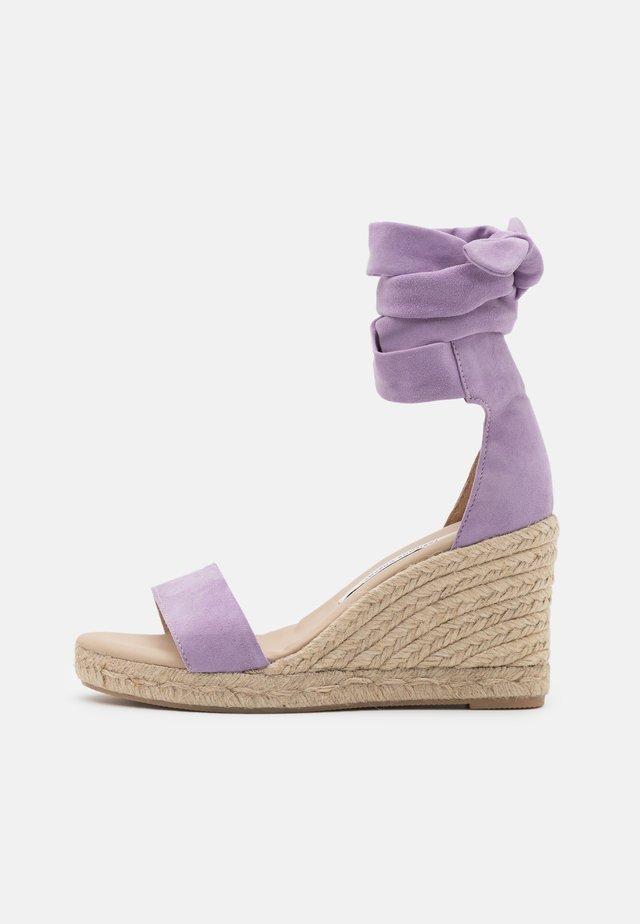 SELENE WEDGE - Sandalen met plateauzool - lilac