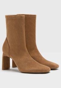 Bershka - ENG ANLIEGENDE - Boots à talons - ochre - 2