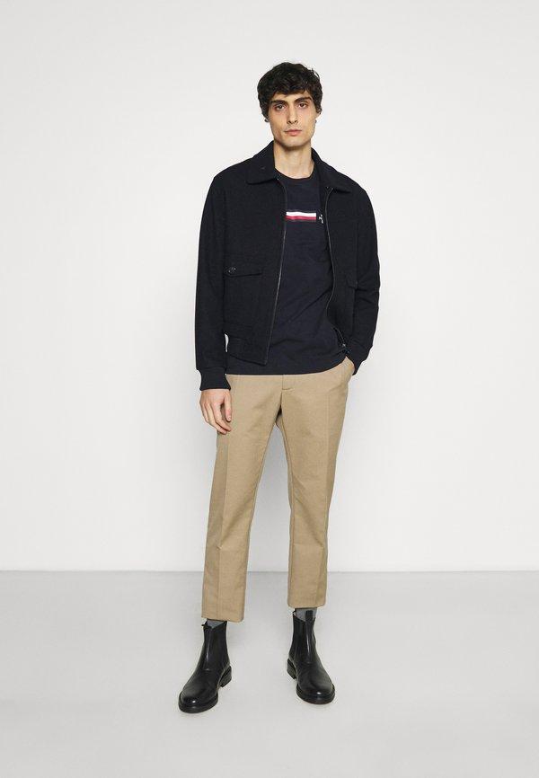 Tommy Hilfiger CORP SPLIT TEE - T-shirt z nadrukiem - desert sky/granatowy Odzież Męska TDWY