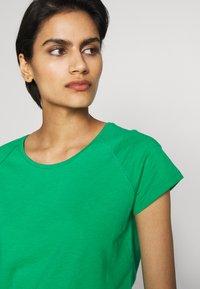 CLOSED - WOMEN´S - Basic T-shirt - coriander - 4