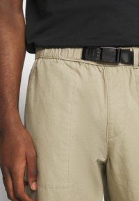Levi's® - STAY LOOSE CLIMBER  - Trousers - sand - 4