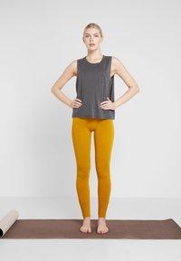 Yogasearcher - ASANA - Legging - curry - 1