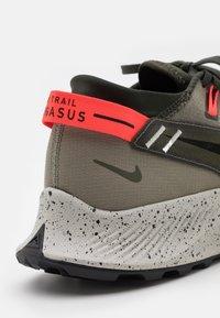 Nike Performance - PEGASUS TRAIL 2 - Chaussures de running - cargo khaki/black/light army/bright crimson/light bone/sequoia - 5