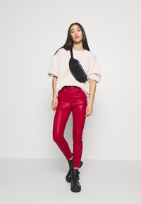 Good American - GOOD WAIST CROP - Jeans Skinny Fit - ruby - 1
