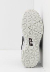 Jack Wolfskin - WOODLAND TEXAPORE MID - Hiking shoes - black/light grey - 4
