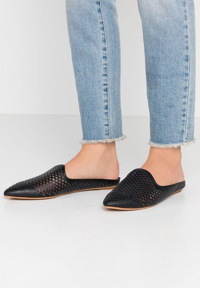 GRANT - Pantolette flach - black