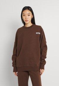 Nicki Studios - EXCLUSIVELOGOCREWNECK - Sweater - deliciosobrown - 0