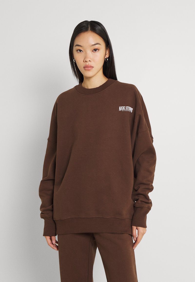 Nicki Studios - EXCLUSIVELOGOCREWNECK - Sweater - deliciosobrown