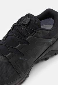 Salomon - WILDCROSS GORE TEX - Běžecké boty do terénu - black - 5