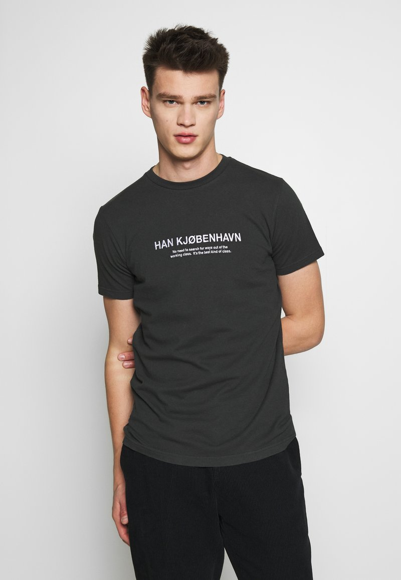Han Kjobenhavn - ARTWORK TEE - Print T-shirt - faded black