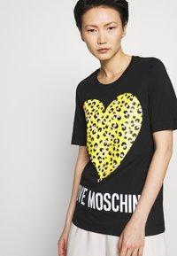 Love Moschino - T-shirt z nadrukiem - black - 3