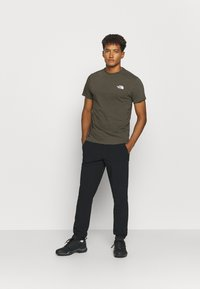 The North Face - MENS SIMPLE DOME TEE - T-shirt basic - new taupe green - 1
