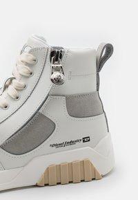Diesel - S-RUA MID SK - Höga sneakers - white/grey - 5