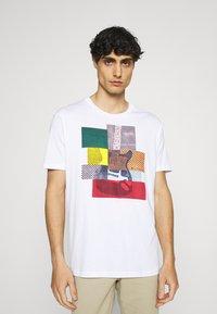 Ben Sherman - CROPPED GUITAR TEE - T-shirts med print - white - 0