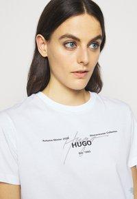 HUGO - THE REGULAR TEE  - Triko spotiskem - white - 3