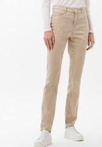 BRAX - STYLE CAROLA - Jeans Slim Fit - sand - 0
