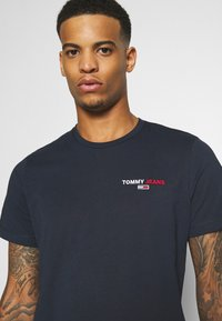 Tommy Jeans - CHEST CORP TEE UNISEX - Printtipaita - twilight navy - 4