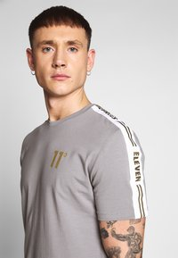 11 DEGREES - ASYMETRIC - T-shirt print - silver - 4