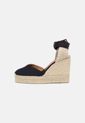 CHIARA - Wedge sandals - azul marino