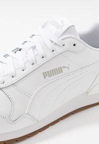 Puma - ST RUNNER V2 FULL UNISEX - Trainers - white/gray violet - 5