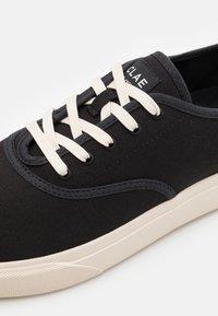 Clae - AUGUST - Sneakersy niskie - black - 5