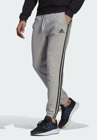 adidas Performance - ESSENTIALS FRENCH TERRY TAPERED 3-STREIFEN HOSE - Pantaloni sportivi - grey - 2