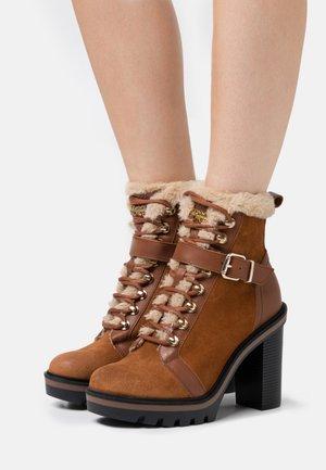 WARM LINED BOOT - Kotníkové boty na platformě - pumpkin paradise