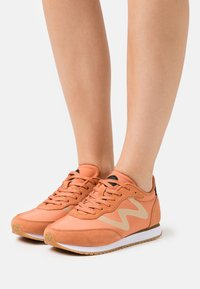 Woden - OLIVIA METALLIC - Trainers - peach - 0