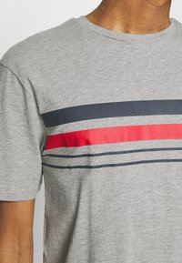 Newport Bay Sailing Club - CHEST STRIPE 2 PACK - T-shirt z nadrukiem - navy/grey marl - 4