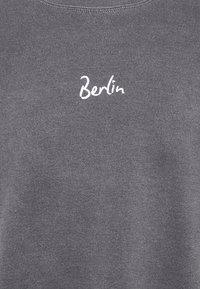 Topman - BERLIN BIRO PRINT UNISEX - Sweatshirt - black - 2