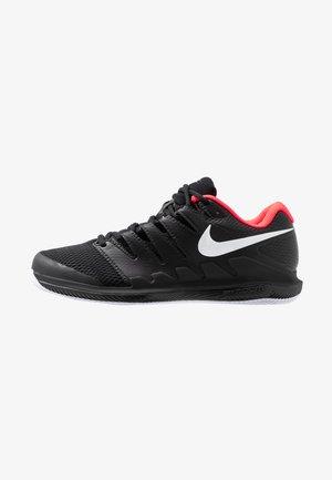 AIR ZOOM VAPOR X HC - Tenisové boty na všechny povrchy - black/white/bright crimson