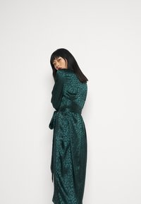 Never Fully Dressed Petite - LEOPARD LONGSLEEVE WRAP DRESS - Cocktailjurk - emerald - 4