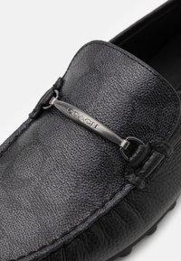 Coach - COLLAPSIBLE HEEL SIGNATURE DRIVER - Mokasíny - charcoal/black - 5