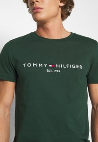 Tommy Hilfiger - LOGO TEE - T-shirt con stampa - green - 4