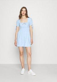 NA-KD - PAMELA REIF X ZALANDO RUCHED DETAIL MINI DRESS - Žerzejové šaty - dusty blue - 1