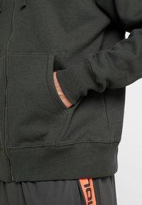 Under Armour - PERFORMANCE ORIGINATORS - Zip-up hoodie - baroque green - 5