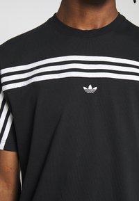 adidas Originals - SPORT COLLECTION SHORT SLEEVE TEE - Camiseta estampada - black/white - 5