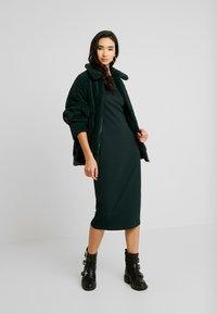 Lost Ink - TWIST BACK BODYCON DRESS - Etuikjoler - dark green - 1
