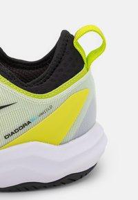 Diadora - SPEED BLUSHIELD FLY 3 + AG - Kengät kaikille alustoille - white/black/lime green - 5
