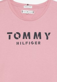 Tommy Hilfiger - ESSENTIAL TEE - Triko spotiskem - pink - 3