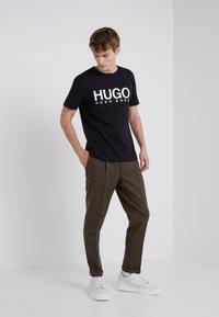 HUGO - DOLIVE - Print T-shirt - black - 1