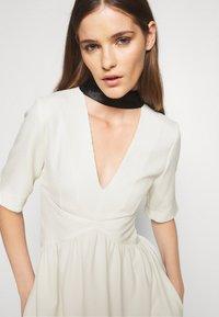 Victoria Victoria Beckham - TIE NECK DRESS - Sukienka koktajlowa - daisy white - 4
