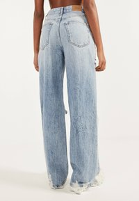 Bershka - MIT RISSEN - Flared Jeans - blue denim - 2