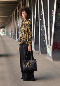 Versace Jeans Couture - PRINTED FOULARD - Torba na zakupy - nero - 2