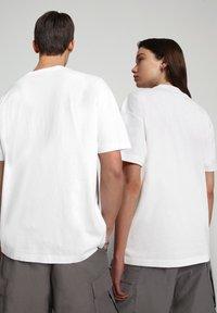 Napapijri - S-ALHOA - T-shirt med print - white graph o - 3