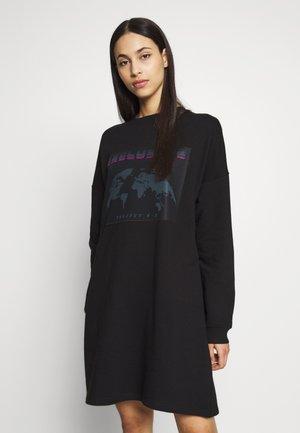TALL EXCLUSIVE SLOGAN DRESS - Denní šaty - black
