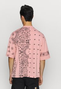 Jaded London - CUT AND SEW PAISLEY TEE - T-shirt con stampa - pink - 2